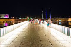 Uno de los adornos más reconocibles de Zadar, un puente peatonal que conecta el pueblo viejo y la nueva ciudad Foto de archivo libre de regalías