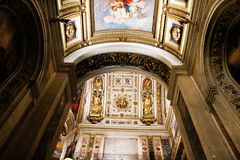 Uno de los arcos de la catedral del ` s del St Isaac de St Petersburg foto de archivo