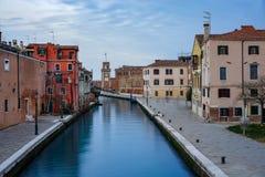 Uno de los canales en Venecia y la torre del arsenal imagen de archivo libre de regalías