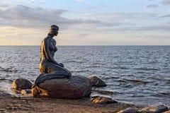 Uno de los monumentos numerosos de la sirena de bronce en la orilla del mar Báltico Imágenes de archivo libres de regalías