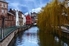 Uno de los muchos canales hermosos de la ciudad belga de Brujas Fotos de archivo libres de regalías