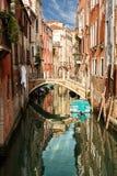 Uno de los muchos canales venecianos viejos en un día de verano soleado Fotografía de archivo