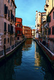 Uno de los muchos canales venecianos viejos hermosos en un día de verano soleado Imagen de archivo libre de regalías