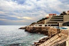 Uno de los muchos hoteles costeros Croacia a la tarde del verano tardío Imagenes de archivo