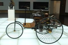 Uno de los primeros modelos del coche Mercedes fotografía de archivo