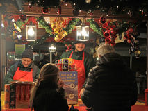 Uno de quioscos en la Navidad justa en Verona imagenes de archivo