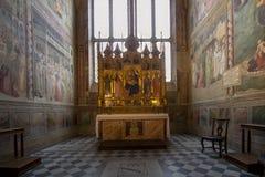 Uno degli altari in basilica di Santa Croce, Firenze Immagini Stock