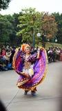 Uno degli esecutori di ballo su una parata in Disneyland Fotografia Stock Libera da Diritti