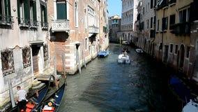 Uno dei canali di vecchia Venezia stock footage
