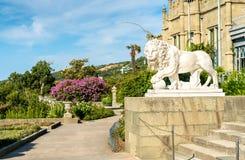Uno dei leoni di Medici al palazzo di Vorontsov in Alupka, la Crimea fotografia stock