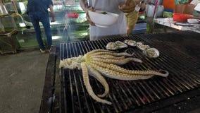 Uno dei piatti più comuni della regione tropicale: polipo fritto immagini stock
