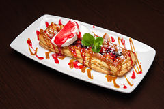 Uno del dessert più delizioso - crostata di mele con gelato alla vaniglia Fotografia Stock