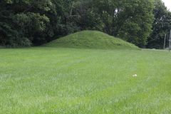 Uno del monticello gemellato al portone del nord di antico forte immagini stock