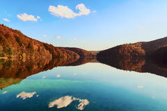 Uno del muchos emerge y los ríos subterráneos del parque nacional de Croacia - lagos Plitvice Imagenes de archivo