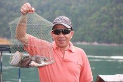 Uno del pesce che asiatico di manifestazioni dei turisti ha pescato Immagine Stock Libera da Diritti
