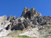Uno del picco di montagna delle dolomia italiane contro il chiaro cielo blu ad estate Valgardena, Tirolo del sud, Bolzano, Italia Immagini Stock Libere da Diritti
