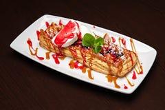 Uno del postre más delicioso - tarta de la manzana con helado de vainilla Fotografía de archivo