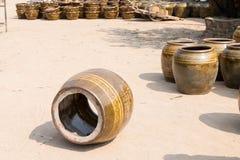 uno del prodotto delle terraglie di difetto dopo la bruciatura nella stufa gigante nell'industria delle terraglie alla provincia  Fotografie Stock