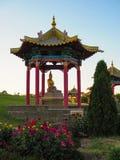 Uno del profesor de las estatuas del budismo fuera del edificio del templo El m?s grande del templo budista de Rusia y de Europa  imágenes de archivo libres de regalías
