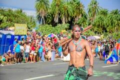 Uno dell'artista di Bloco Orquestra Voadora che cammina con il torso nudo che porta i suoi trampoli sulla sua spalla, Carnaval 20 Fotografia Stock