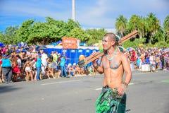 Uno dell'artista di Bloco Orquestra Voadora che cammina con il torso nudo che porta i suoi trampoli sulla sua spalla, Carnaval 20 Fotografia Stock Libera da Diritti
