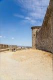 Uno delle torri e di alta parte della parete della fortezza di Carcassonne, la Francia Fotografia Stock