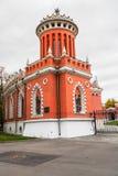 Uno di un paio delle torri sull'entrata principale nel complesso del palazzo di Petroff, Mosca, Russia Immagine Stock
