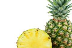 Uno e mezzo ananas saporito maturo isolati su fondo bianco Immagine Stock