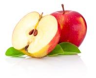 Uno e mezzo mele rosse isolate su fondo bianco Fotografia Stock Libera da Diritti