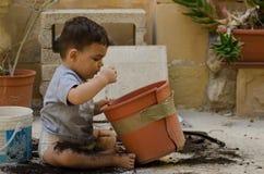 Uno e mezzo neonato di anni che gioca con la sporcizia immagini stock libere da diritti
