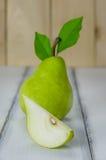 Uno e mezzo pere verdi Fotografie Stock
