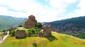 Uno el lugar más famoso de Georgia - visión superior desde el monasterio de Jvari al riger de Aragvi y de Mtikvari y al capital a almacen de video