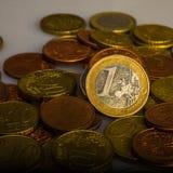 Uno euro y monedas Monedas de Eurocent Imagen de archivo