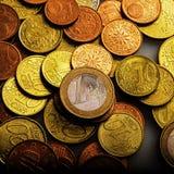 Uno euro y monedas Monedas de Eurocent Fotos de archivo