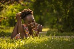 Uno, giovane adulto, godere sorridente felice americano dell'africano nero Fotografia Stock