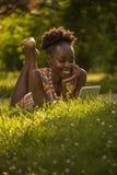 Uno, giovane adulto, godere sorridente felice americano dell'africano nero Immagini Stock
