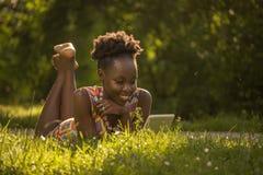 Uno, giovane adulto, godere sorridente felice americano dell'africano nero Fotografia Stock Libera da Diritti