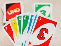 UNO-Kartenspielsatz in der Hand Lizenzfreie Stockbilder