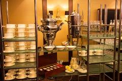 Uno mismo-abastecimiento en el pasillo del banquete Té, café, banquetware Imagen de archivo libre de regalías