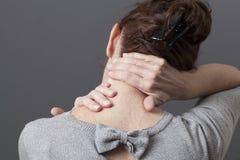 Uno mismo-acupressure para el hombro relajante y el dolor de espalda Fotografía de archivo libre de regalías