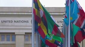 UNO-Mitgliedsstaaten kennzeichnet das Fliegen nahe Büro der Vereinten Nationen in Genf, die Schweiz stock video footage