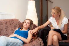 Uno psychotherapist femminile cura un paziente femminile fotografia stock libera da diritti