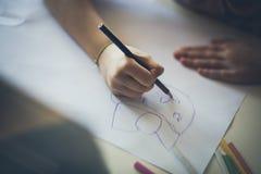 Uno que dibuja para la mam? imagenes de archivo
