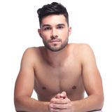 UNO rasierter junger Schönheitsmann Stockbilder