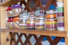 Uno scaffale con differenti spezie colorate Immagini Stock