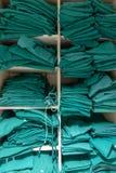 Uno scaffale con la lavanderia chirurgica fotografia stock libera da diritti