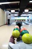 Uno scaffale di vecchie palle da bowling consumate fotografia stock