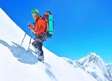 Uno scalatore che raggiunge la sommità della montagna Spor dell'alpinista Immagine Stock Libera da Diritti