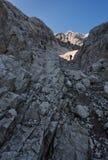 Uno scalatore ha catturato nel telaio di luce Fotografie Stock