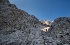 Uno scalatore si accinge all'inizio il suo lavoro Immagine Stock